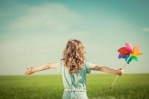 Mädchen spielt auf einer Wiese