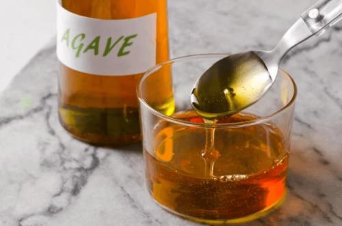 Flüssige Agave in einem Becher und einer Flasche.