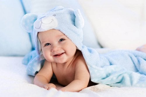 Baby lächelt nach dem Bad