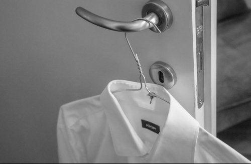 Hemd am Bügel aufgehängt