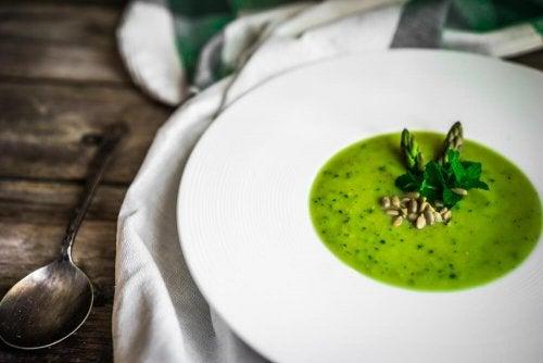 Gazpacho aus grünem Spargel für Vegetarier