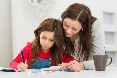 Mutter hilft Tochter bei Hausaufgaben