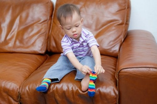 Entwicklung der motorischen Fähigkeiten: Kind kann alleine Socken anziehen