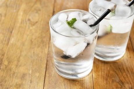 Zwei Gläser Wasser mit Eiswürfeln.