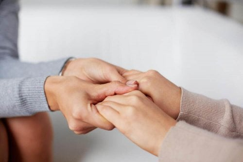 Die Hand einer anderen Person halten