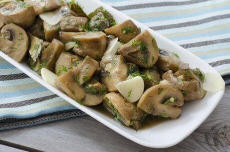 Kartoffeln mit Pilzsoße auf einem Teller.