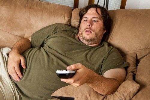 Übergewichtiger Mann mit Fernbedienung