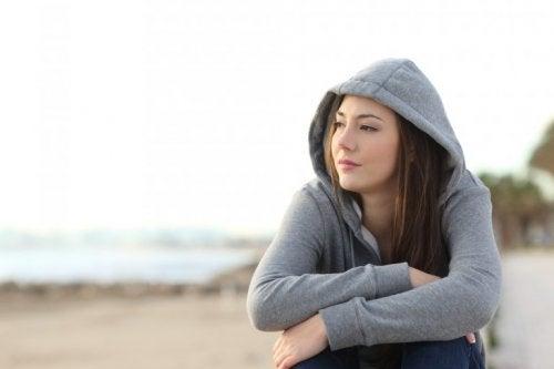 Frau denkt an beendete Beziehung