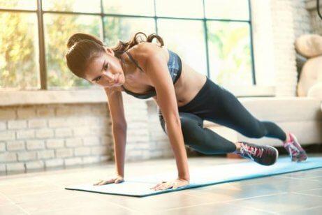 Frau macht Übungen, um beim Sport mehr Kalorien verbrennen zu können.