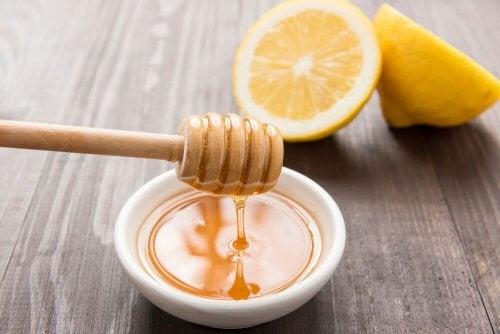 Honig und Zitrone zur Linderung von Halsschmerzen