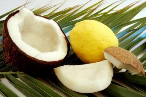 Eine aufgebrochene Kokosnuss und eine Zitrone.
