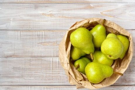 Ein Korb voller Birnen.