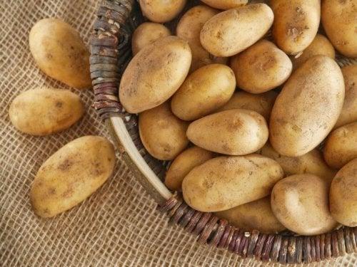 Ein Korb voller Kartoffeln.