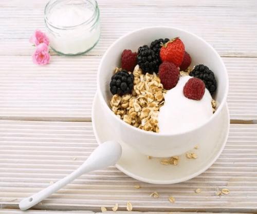Eine Schüssel Müsli mit Joghurt und Früchten.