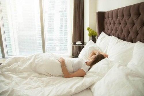 Schlafende Frau im Bett