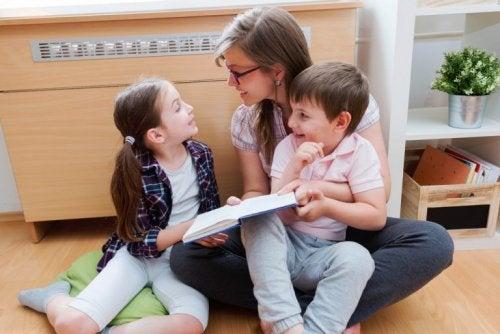 Mutter liest mit Kindern