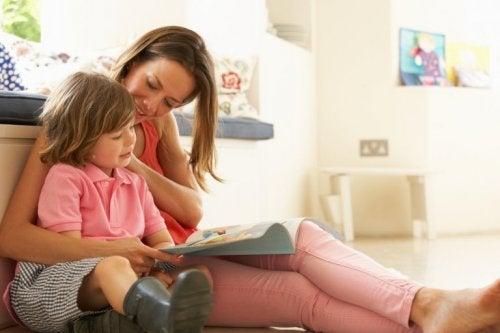 Mutter und Tochter beim Lesen