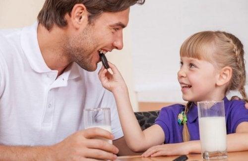 Mädchen gibt ihrem Vater einen Keks