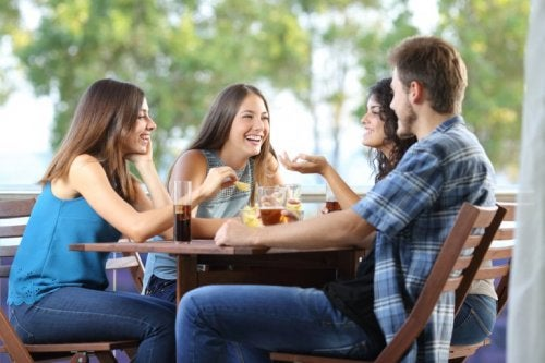 Sich mit Freunden treffen lindert Stress