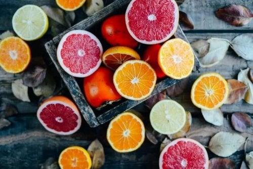 Eine Reihe an aufgeschnittenen Zitrusfrüchten.