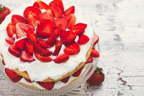 Eistorte mit Erdbeeren: einfaches Rezept