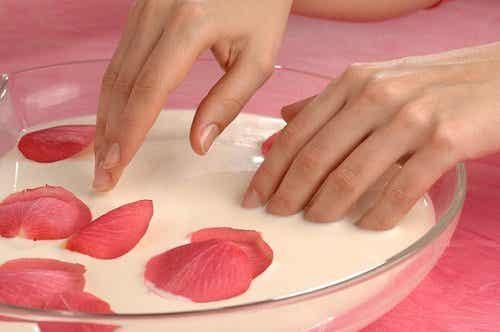 Hand- und Fußpflege: Peeling und Feuchtigkeitszufuhr