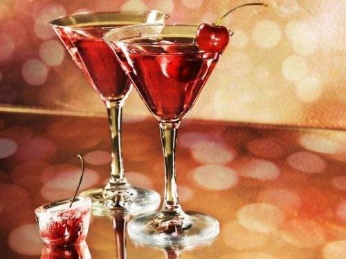 Zwei Gläser gefüllt mit Alkohol.