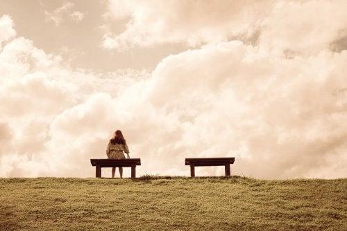 Angst vor dem Alleinsein - Person sitzt allein auf Bank