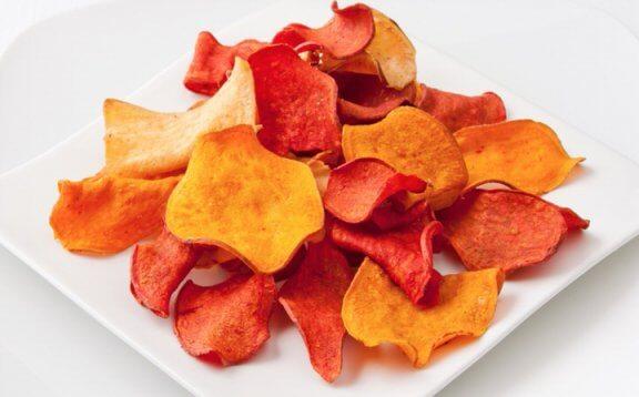 Chips aus Aubergine und anderem Gemüse