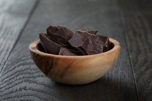 Eine kleine Schüssel mit dunkler Schokolade.