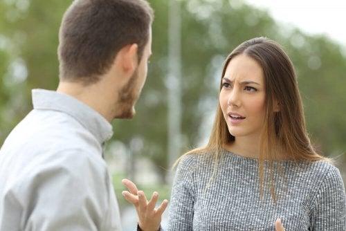 Ein Paar spricht miteinander