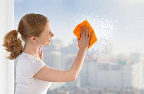 Eine Frau ist beim Fensterputzen und hat so mehr Bewegung.