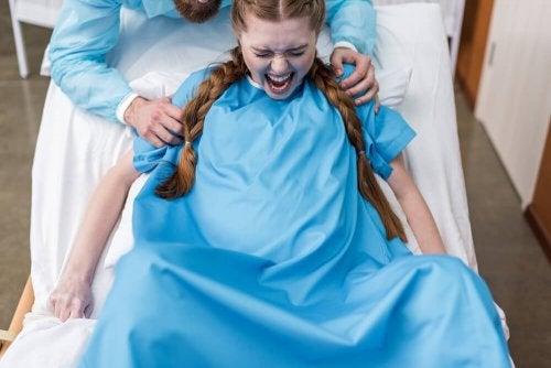 Frau erleidet schmerzvolle Einrisse bei der Geburt