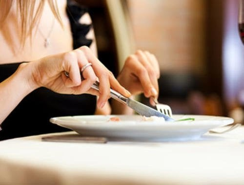 Frau genießt ihr Essen langsam