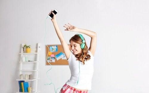 Frau hört Musik und tanzt