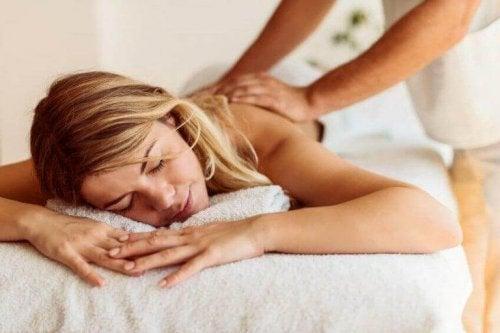 Eine Frau bekommt eine Massage.