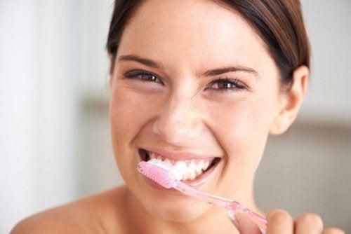 Frau putzt Zähne