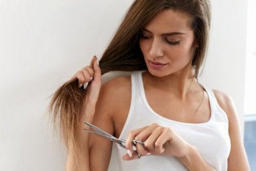 malträtiertes Haar: Spitzen schneiden