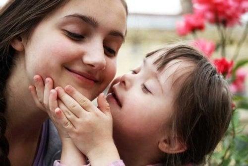 Kind mit Down-Syndrom und seine Schwester