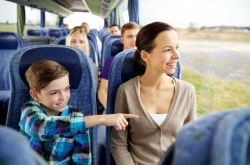 Mutter und Sohn fahren mit dem Zug für mehr Bewegung im Alltag.