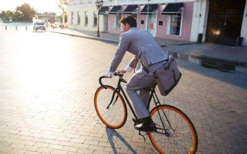 Ein Mann fährt mit dem Fahrrad.