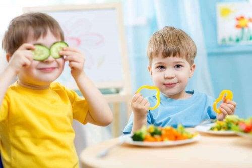 Kinder spielen mit Essen