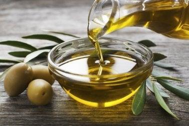 Ölbehandlung mit Olivenöl und Mayonnaise gegen malträtiertes Haar