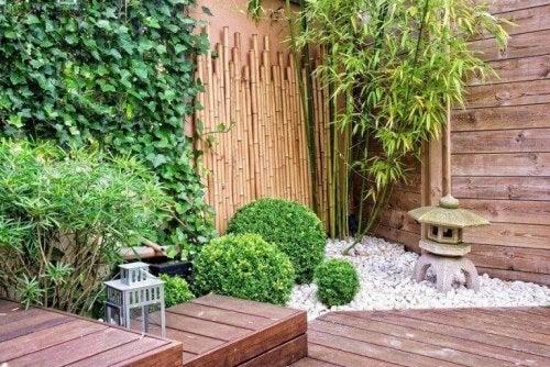 Eine Ecke auf der Terrasse ist zu einem Garten umgewandelt worden.