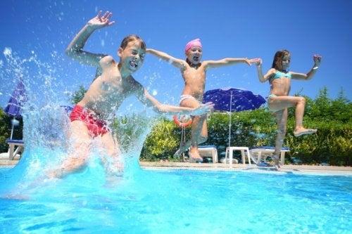 im Kindesalter im Schwimmbad spielen