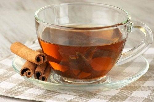 Tee mit Zimt als eines der Heißgetränke bei Regelschmerzen