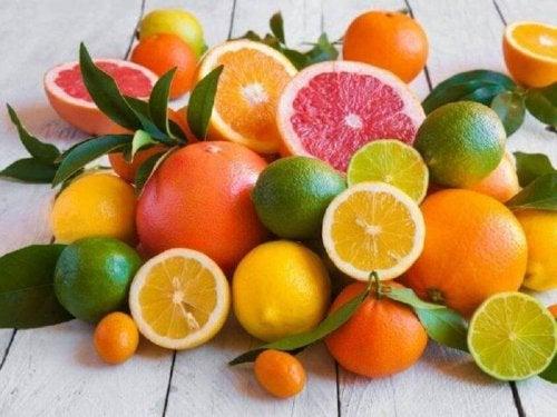 Viele verschiedene Zitrusfrüchte, die Säurereflux verursachen können.
