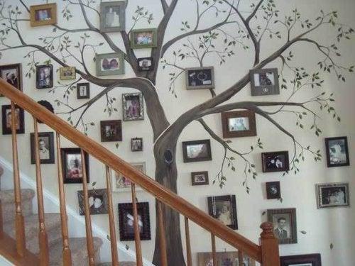 Nutze einen freien Wandabschnitt für eine Baumgarderobe