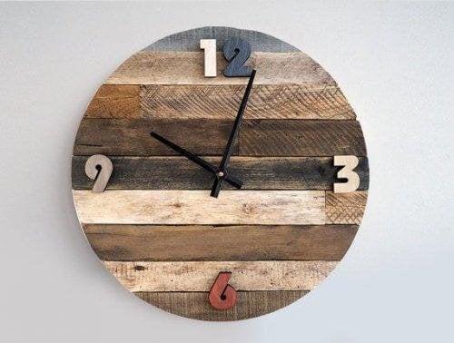 Du kannst eine rustikale Uhr aus einem runden Baumstück herstellen