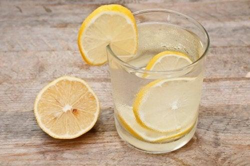 Warmes Zitronenwasser ist eine einfache Behandlung gegen Verstopfungen bei Kindern